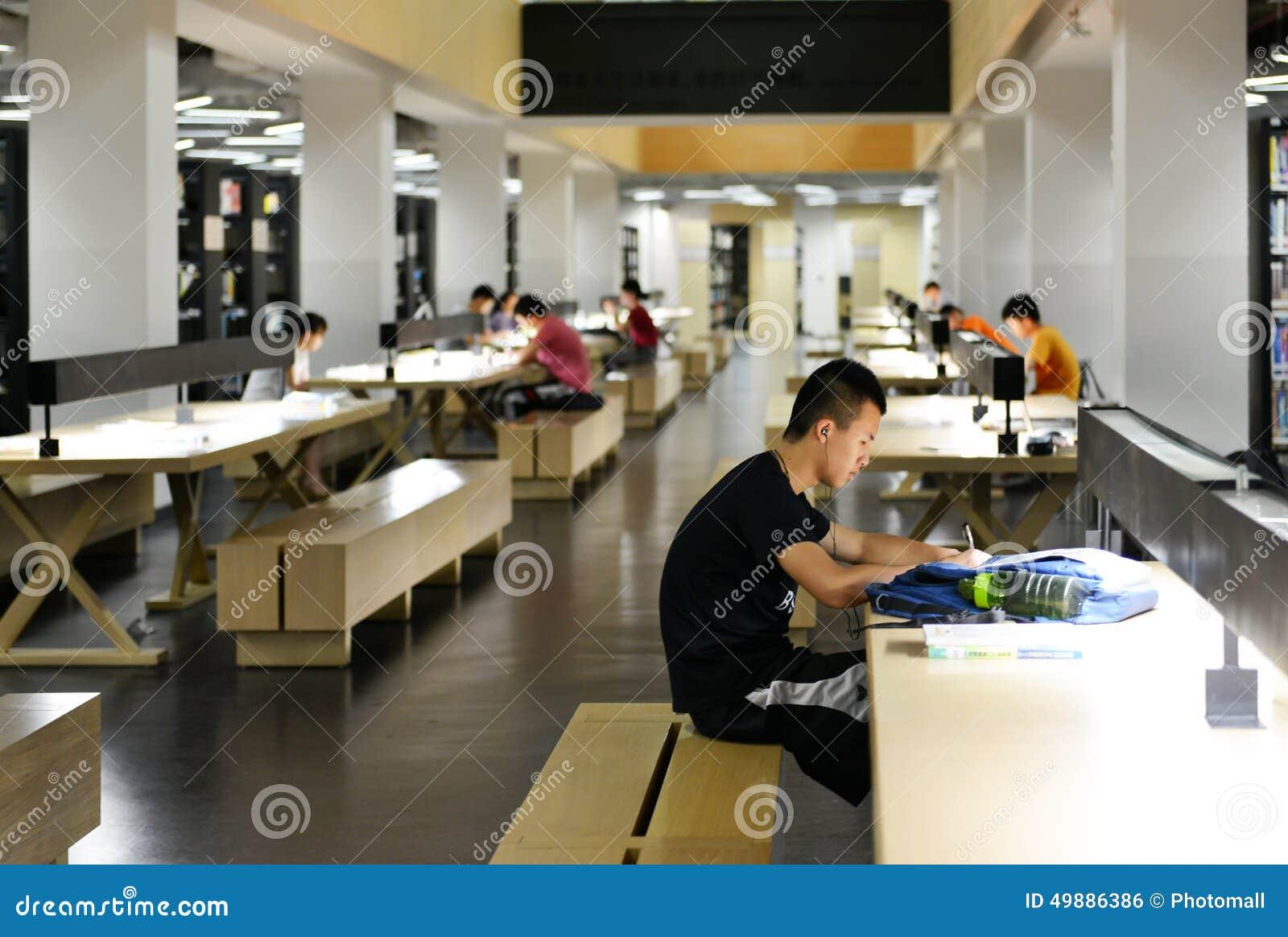 Dentro Della Biblioteca Universitaria Moderna, La Gente Che Legge ...