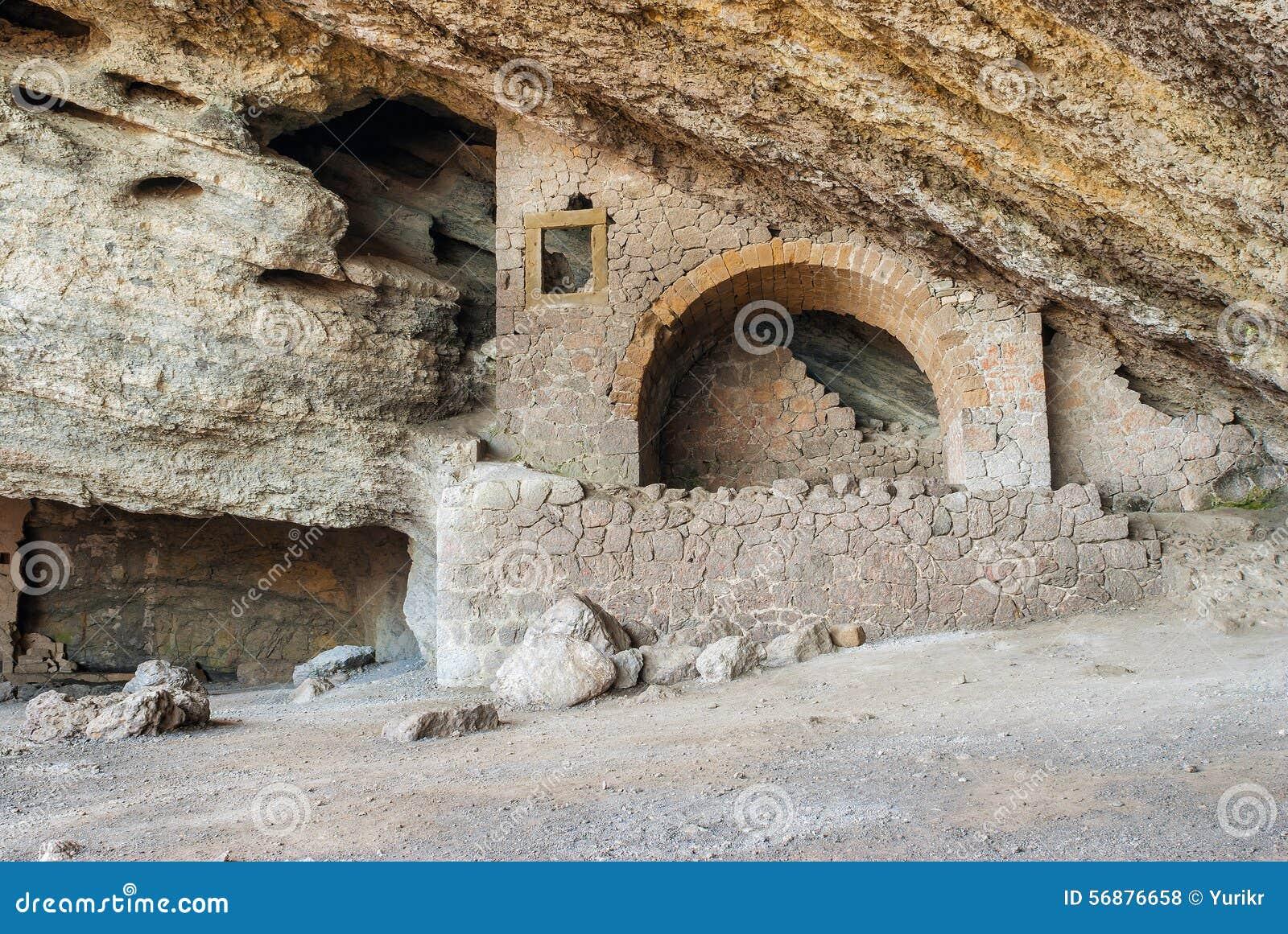 Dentro della grotta naturale di Chaliapin in una montagna di Koba-Kaya
