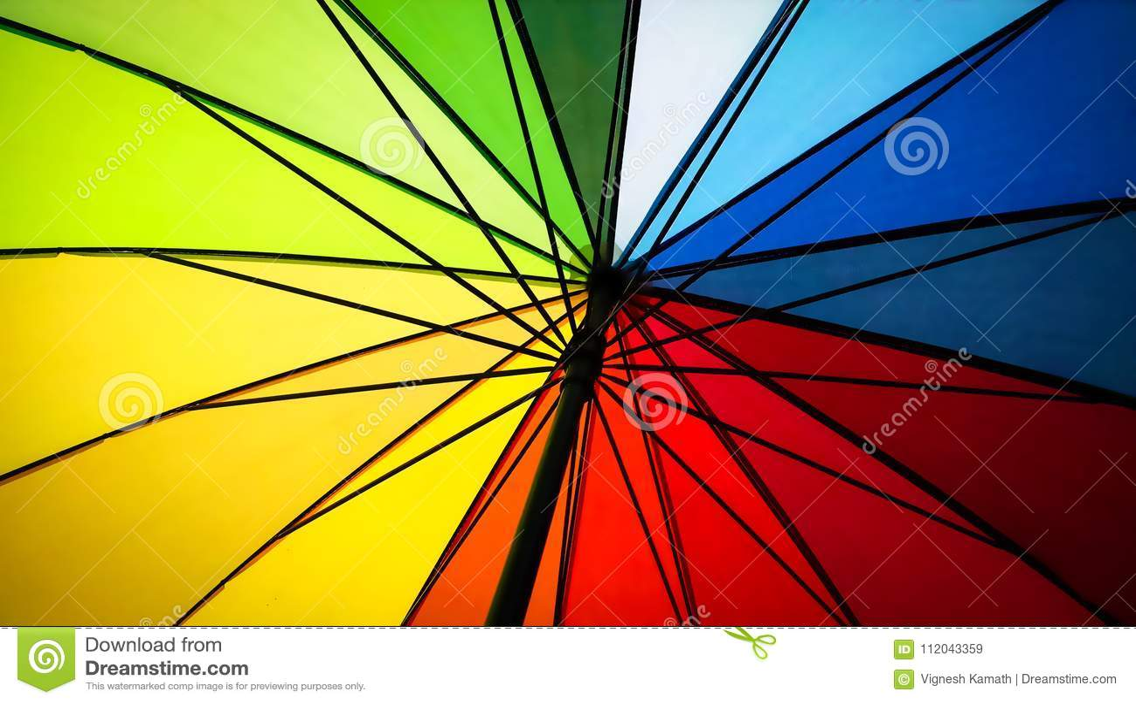 Dentro di un ombrello colorato arcobaleno