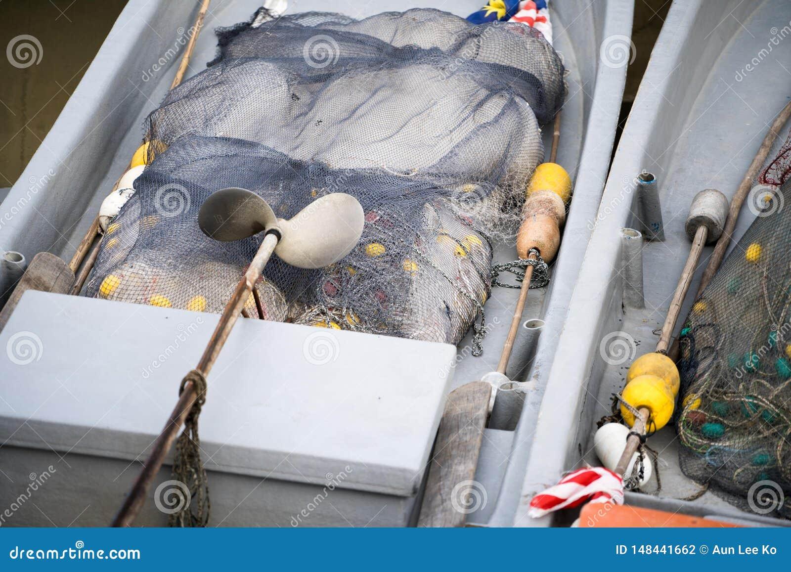 Dentro do barco com rede de pesca