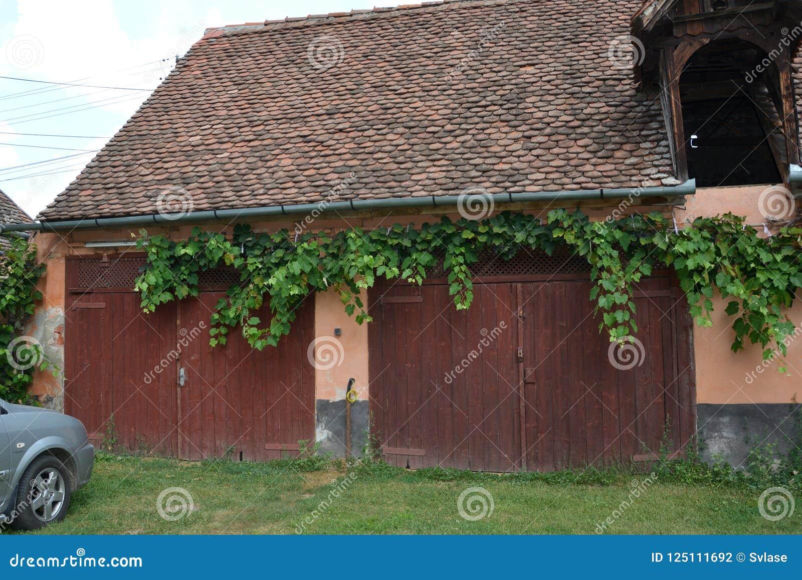 Dentro il cortile della chiesa fortificata medievale Cristian, la Transilvania