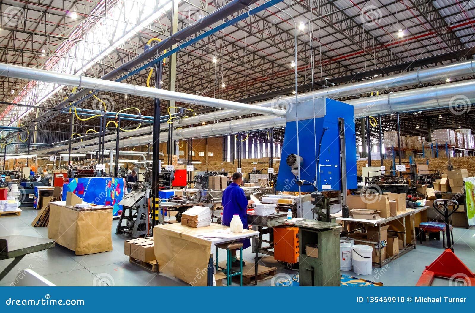 Dentro la instalación de una fábrica de la impresión y del empaquetado