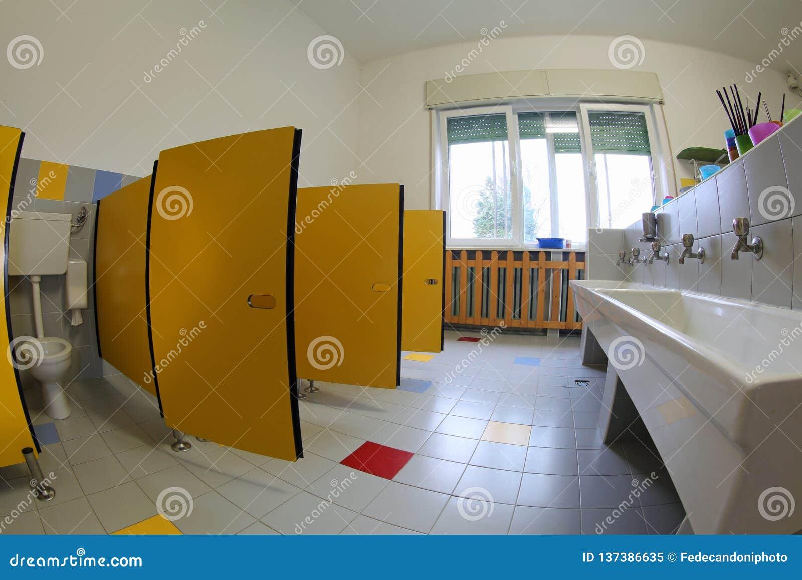 Dentro un bagno senza bambini nella scuola