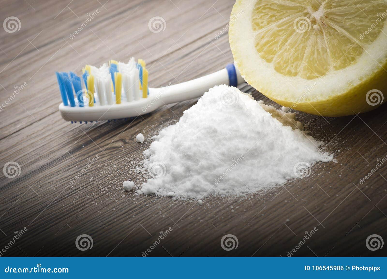 Dents blanches avec le citron et le bicarbonate de soude