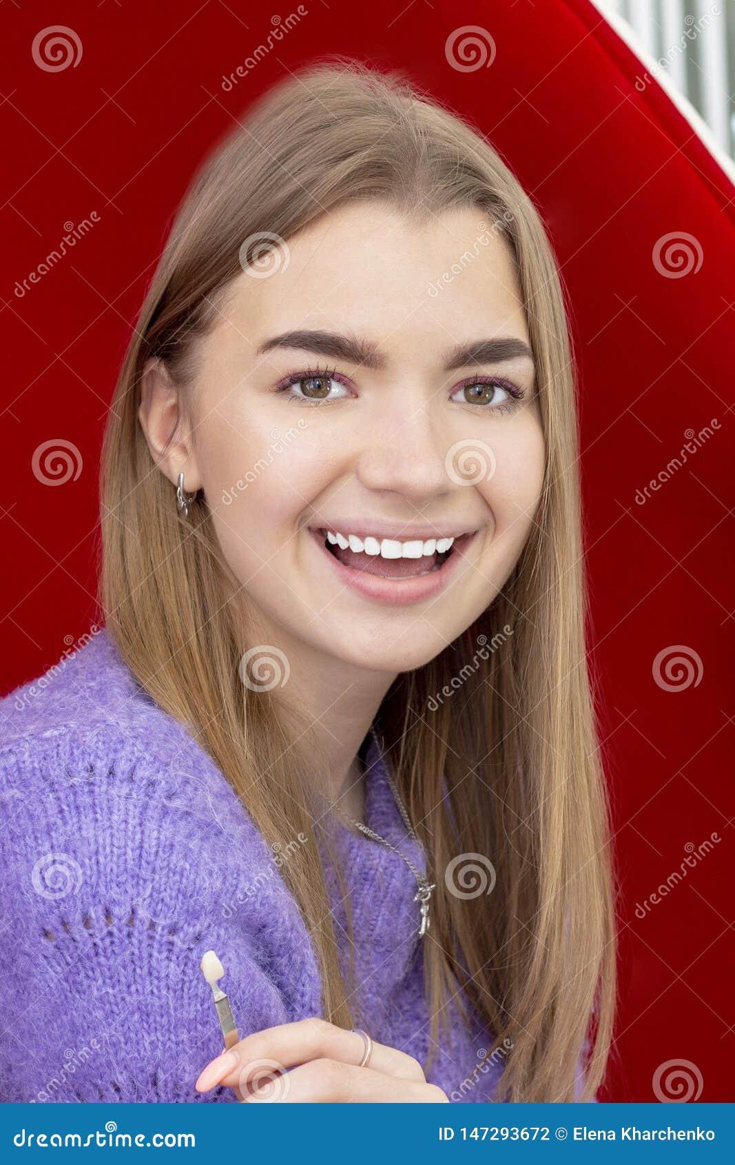 Dents blanchissant la fille souriant avec les dents blanches blanchies
