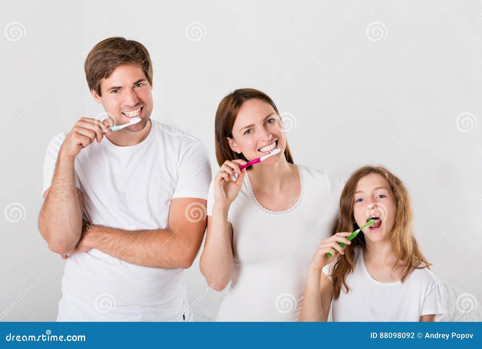 Dents de brossage de famille ensemble