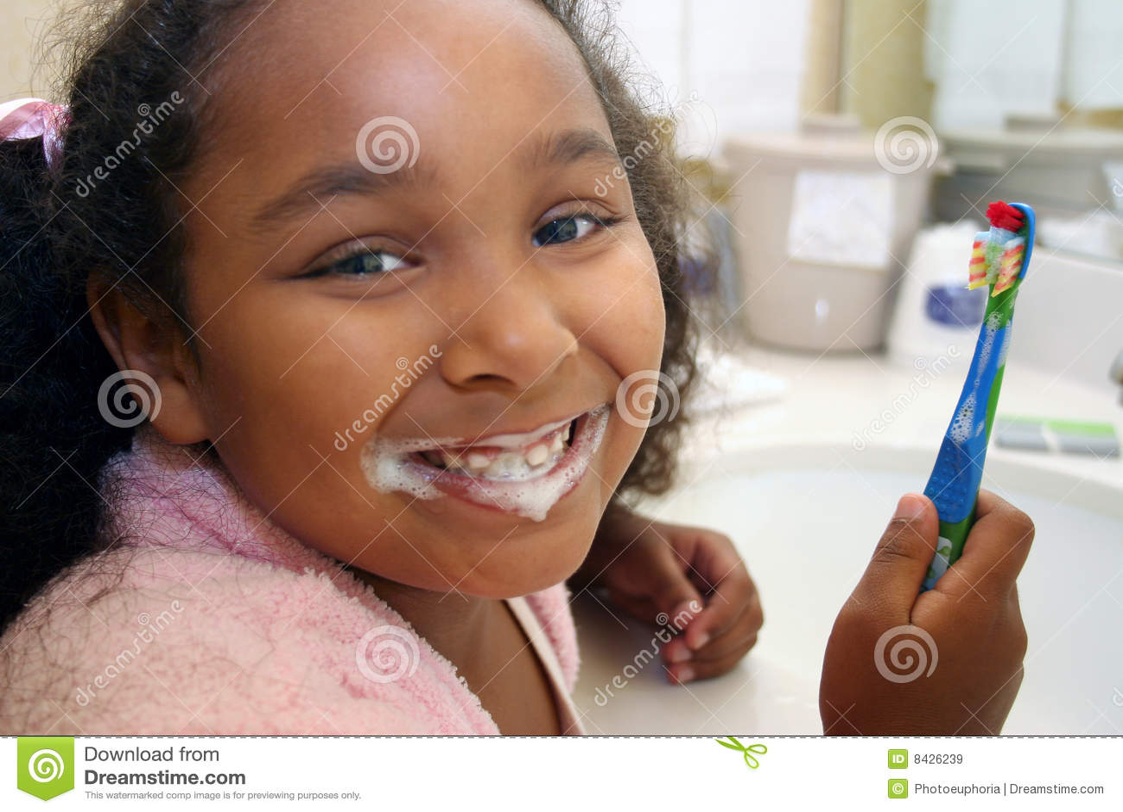 Dents de brossage de fille