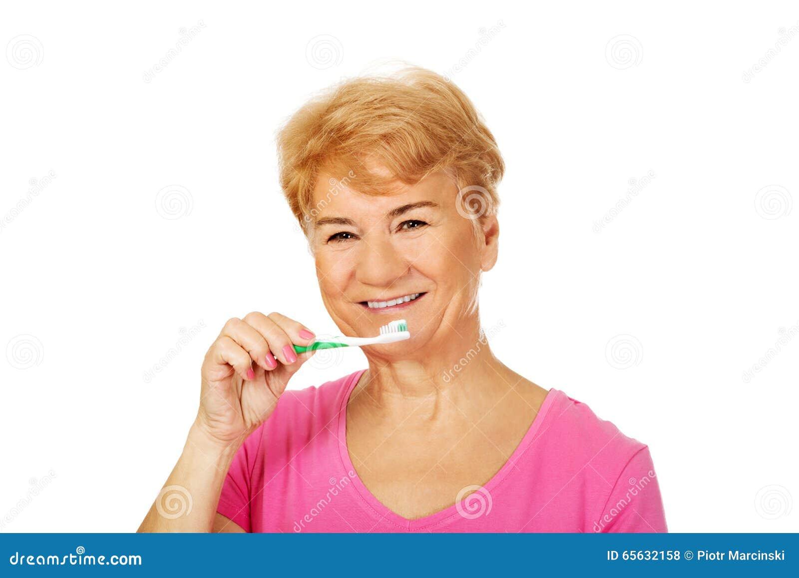 Dents de brossage de sourire de femme supérieure