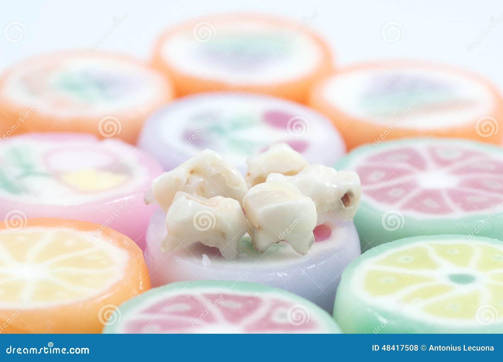 Dents de lait sur des bonbons à sucrerie