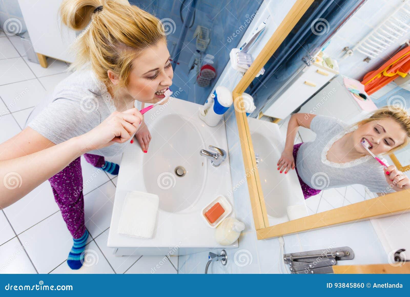 Dents de nettoyage de brossage de femme dans la salle de bains photo stock image du dent - Nettoyage de salle de bain ...