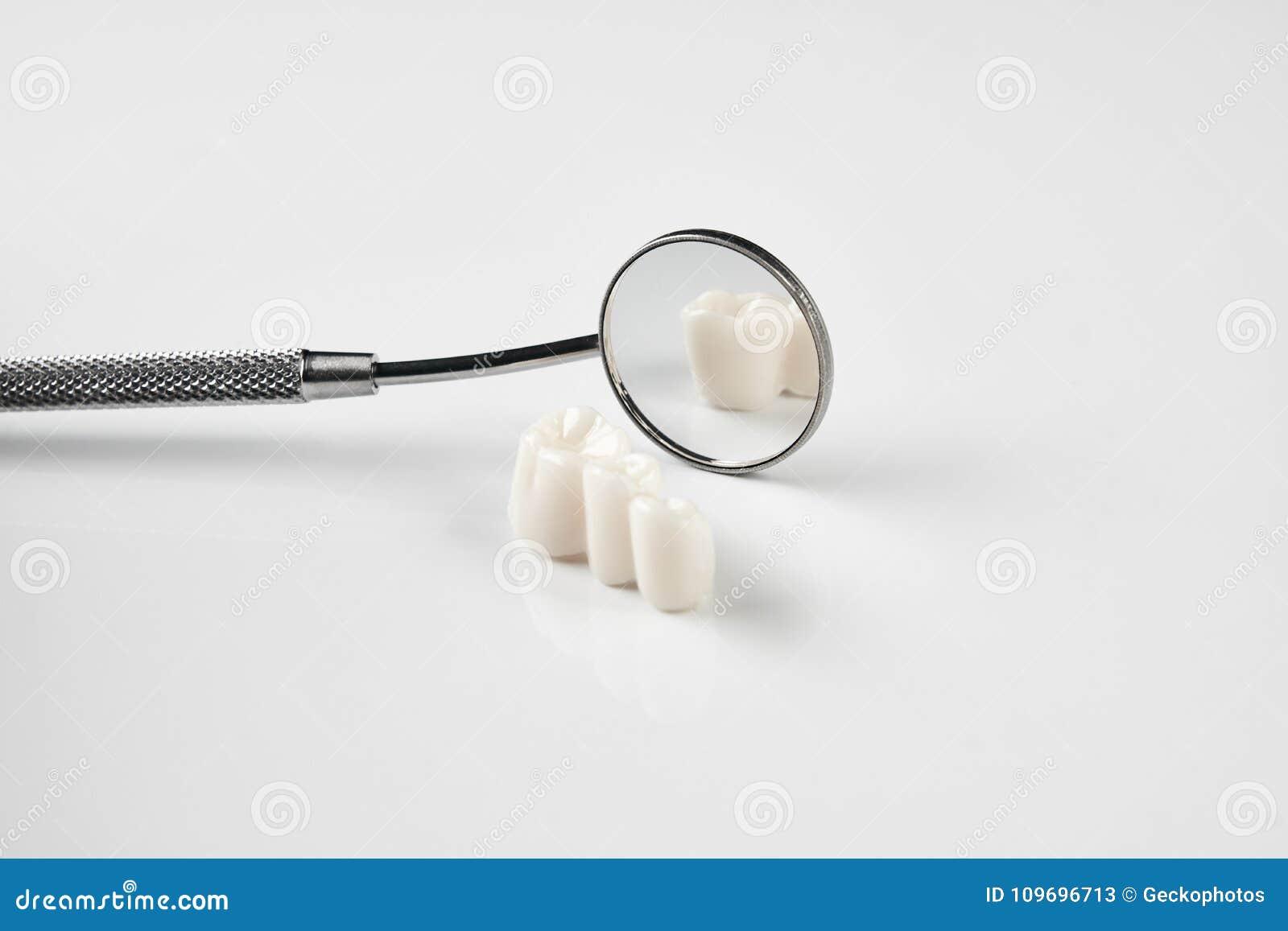 Dents et instruments dentaires enlevés d art dentaire