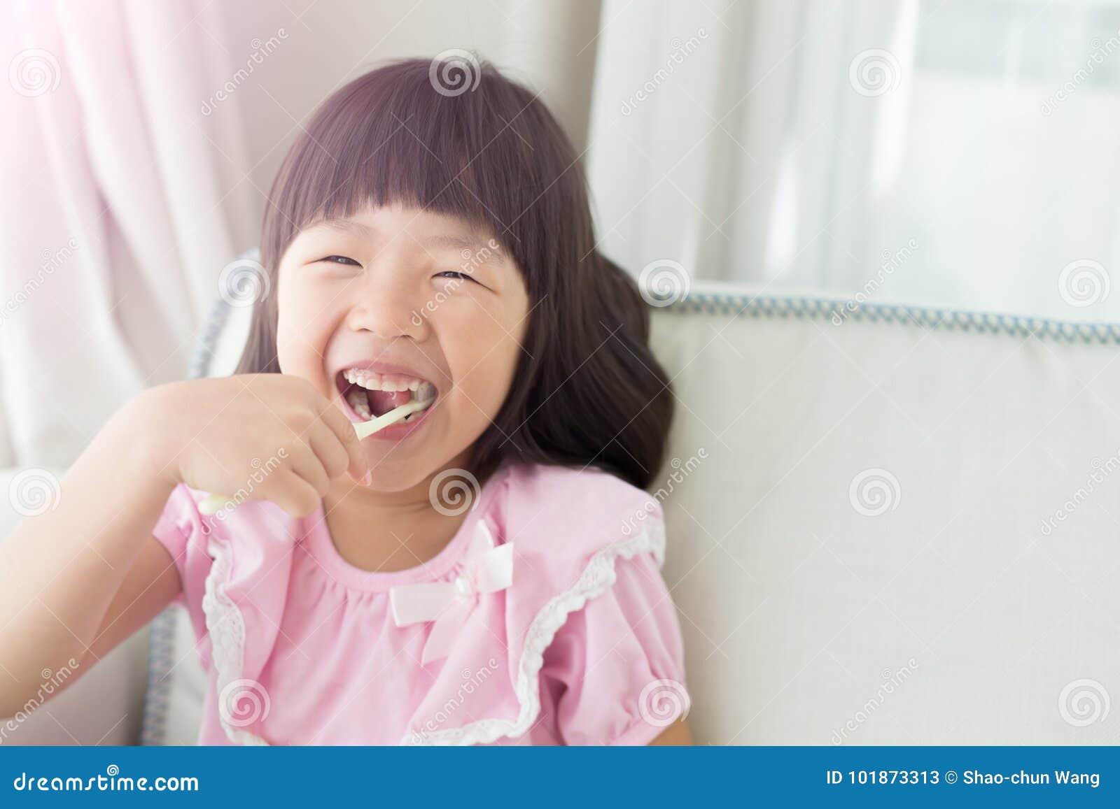 Dents mignonnes de brosse de fille