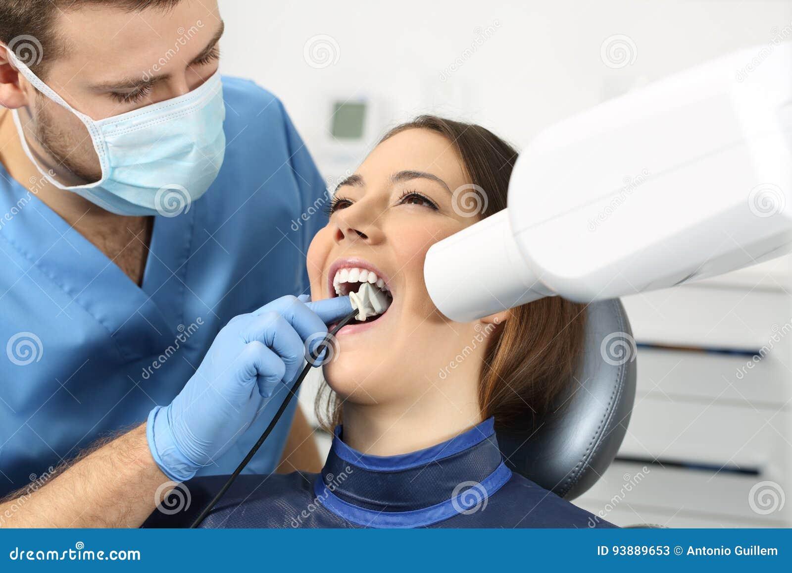 Dentysta bierze zębu prześwietlenie