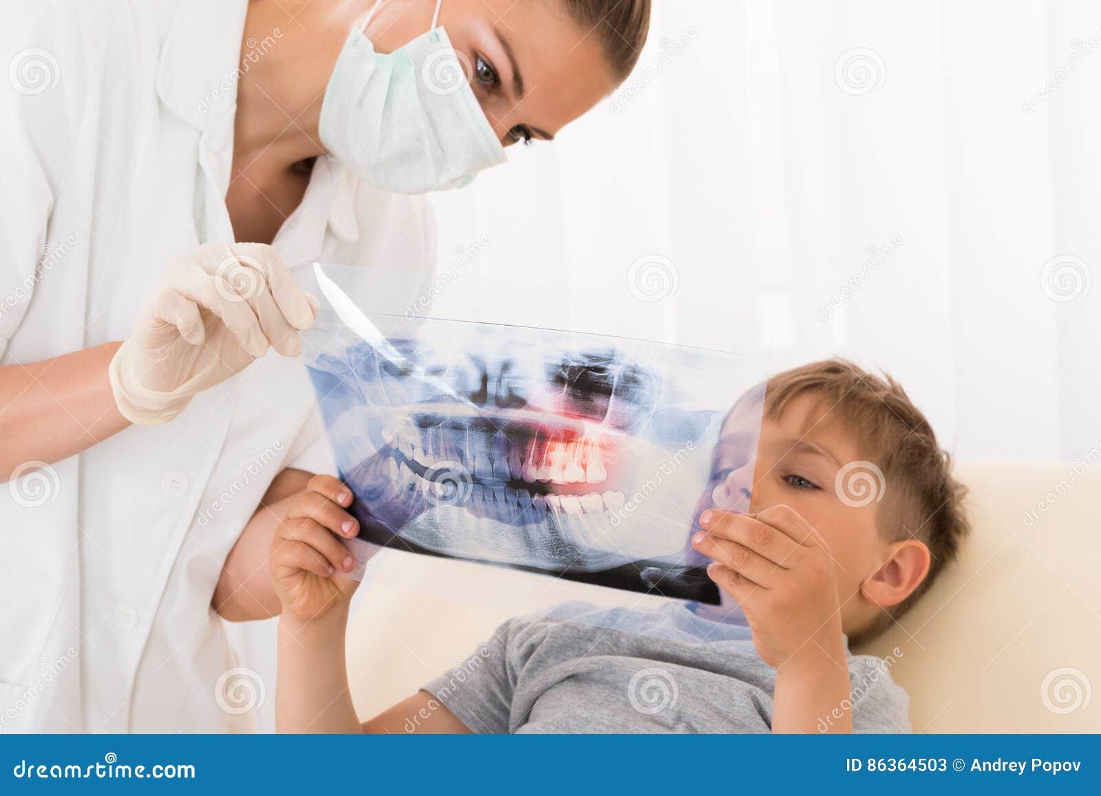 Dentysta Pokazuje zębu Xray dziecko pacjent