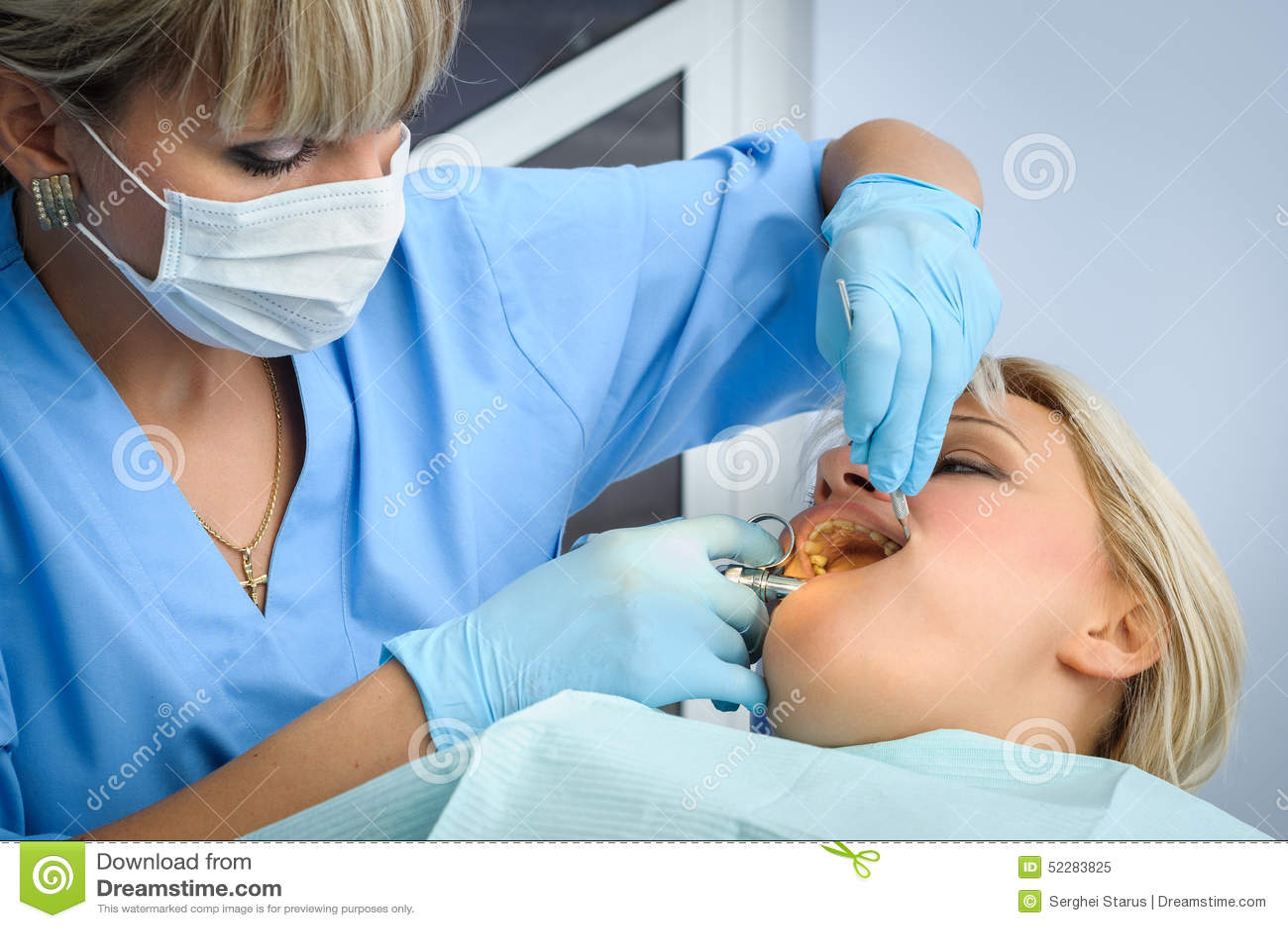 Dentysta przy pracą, narkoza zastrzyk