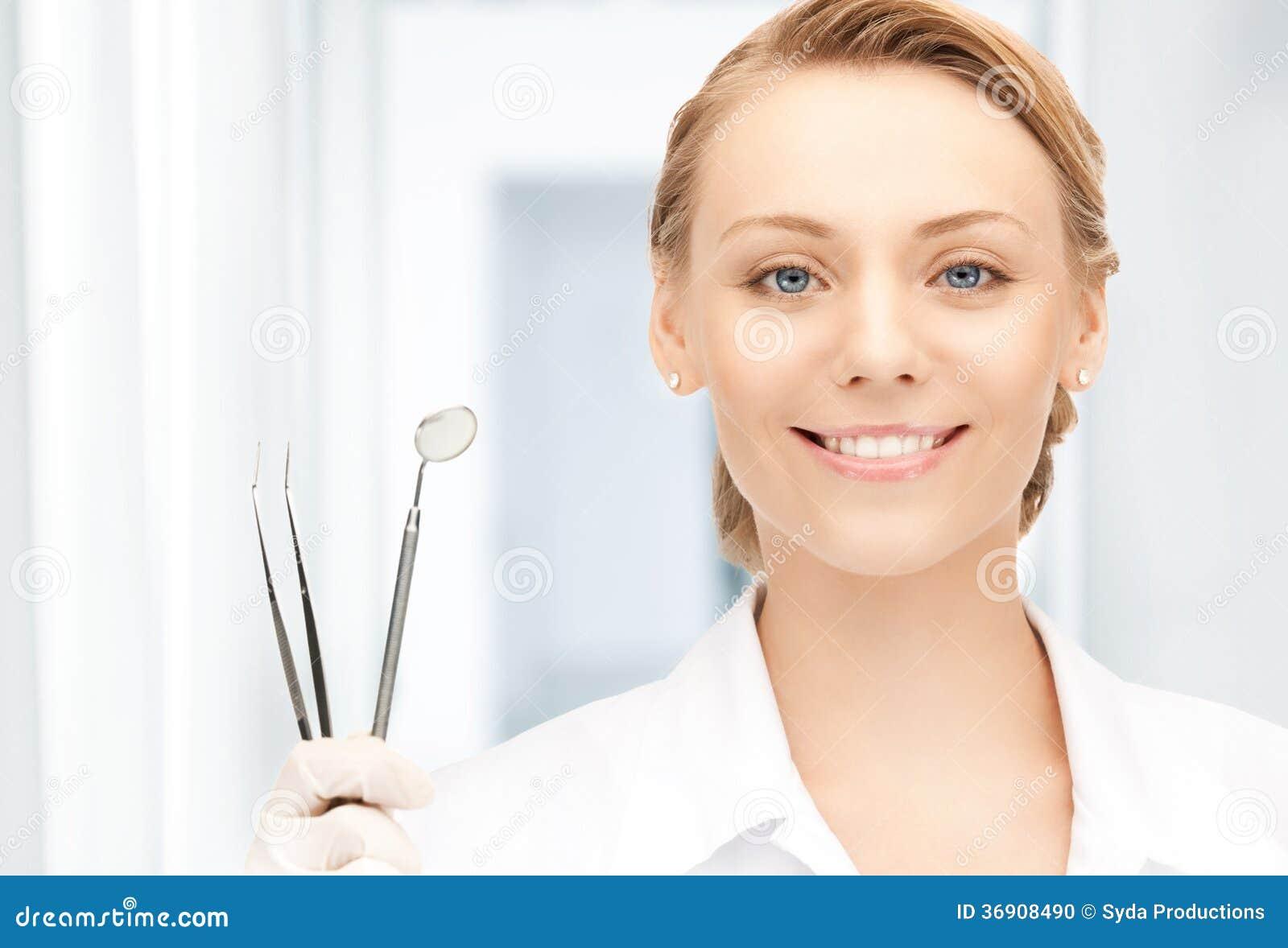 Dentysta z narzędziami