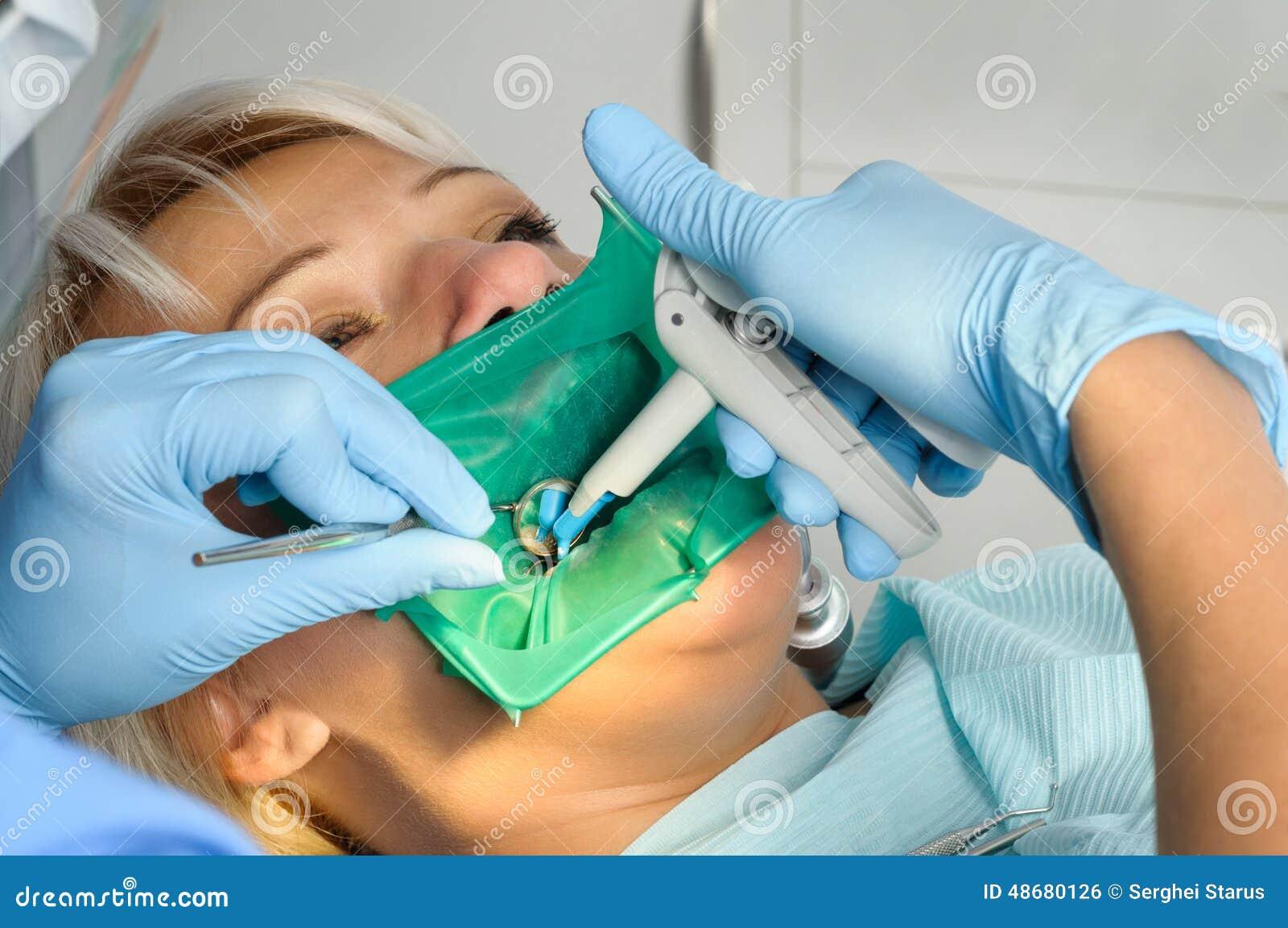Dentysta z pacjentem, cleaning i leczyć,