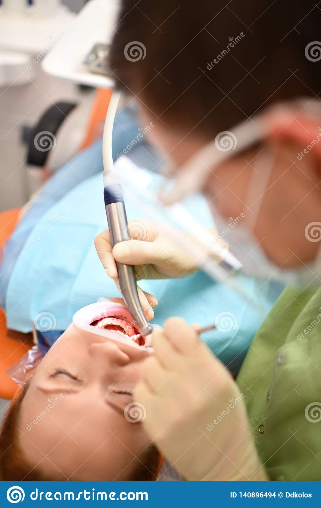 Dentysta zaczyna pospolitą operację cleaning kobiety usta