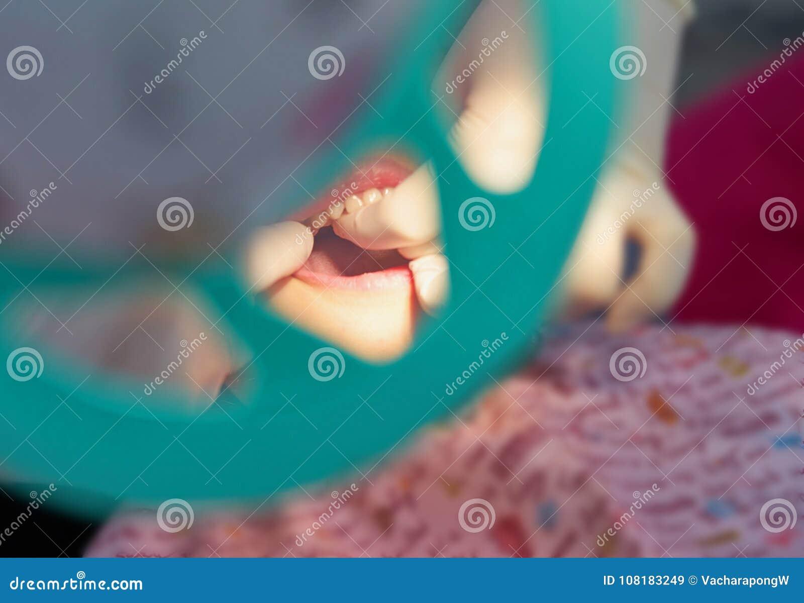 Dentysty egzaminu zęby ręką z rękawiczkami