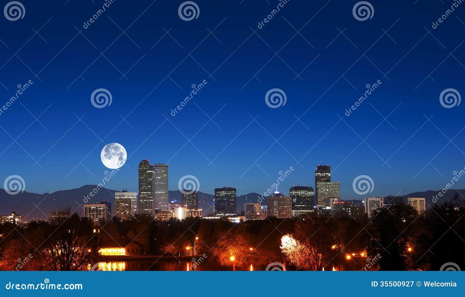 Denver Skyline con la luna