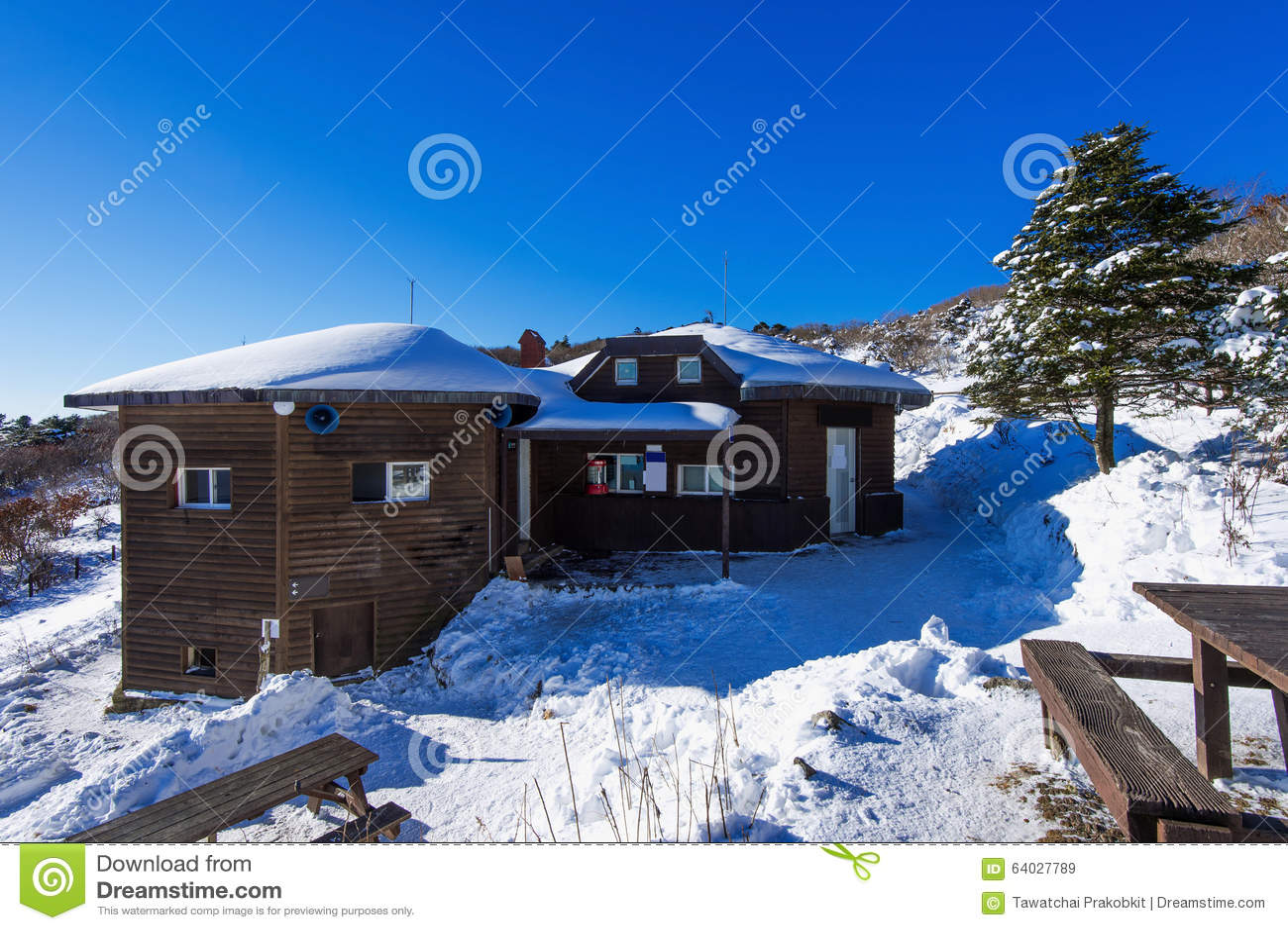 Deogyusan山的在冬天,韩国木房子