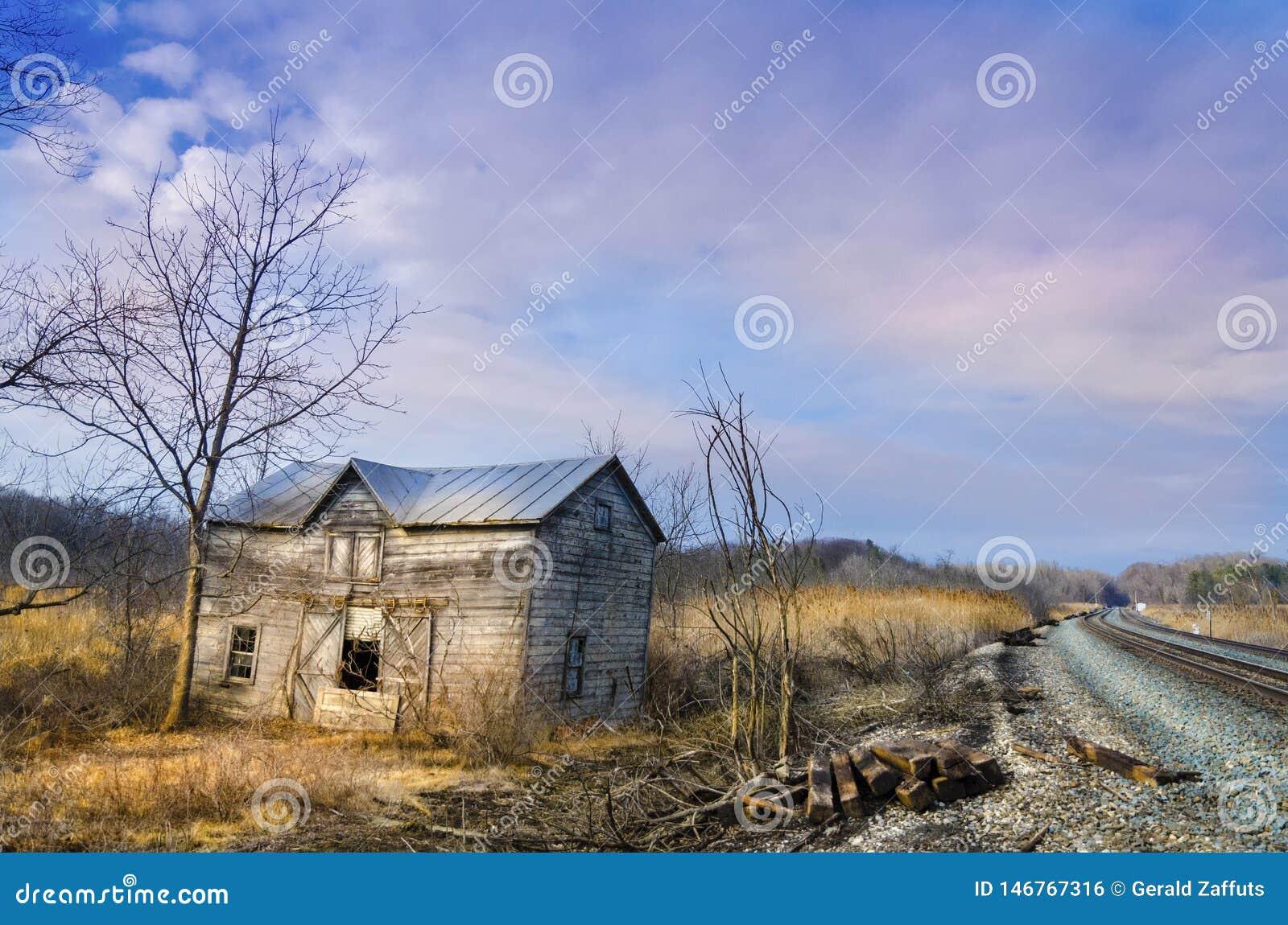 Dep?sito abandonado da estrada de ferro no por do sol