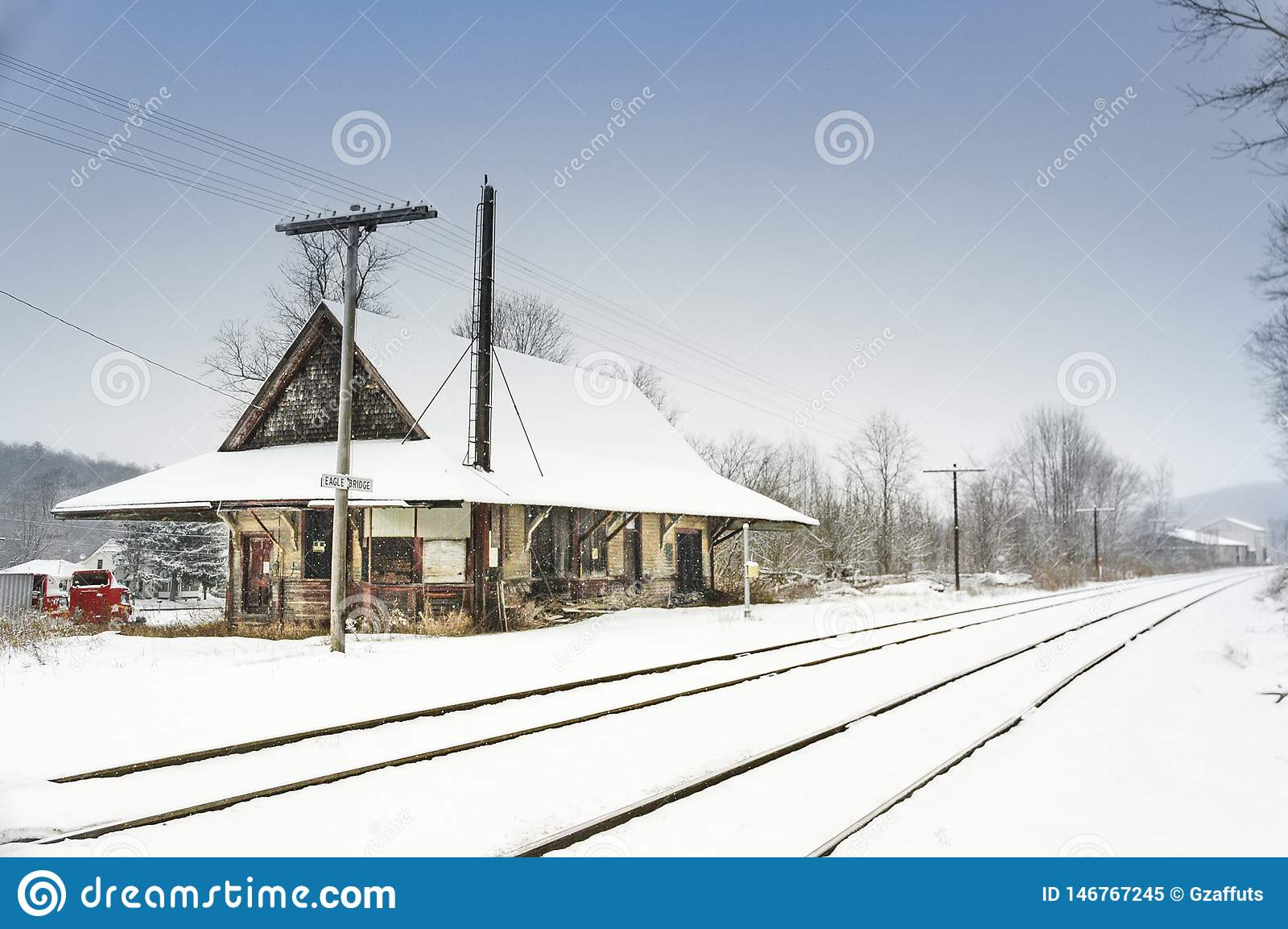 Depósito de trem abandonado no inverno com neve