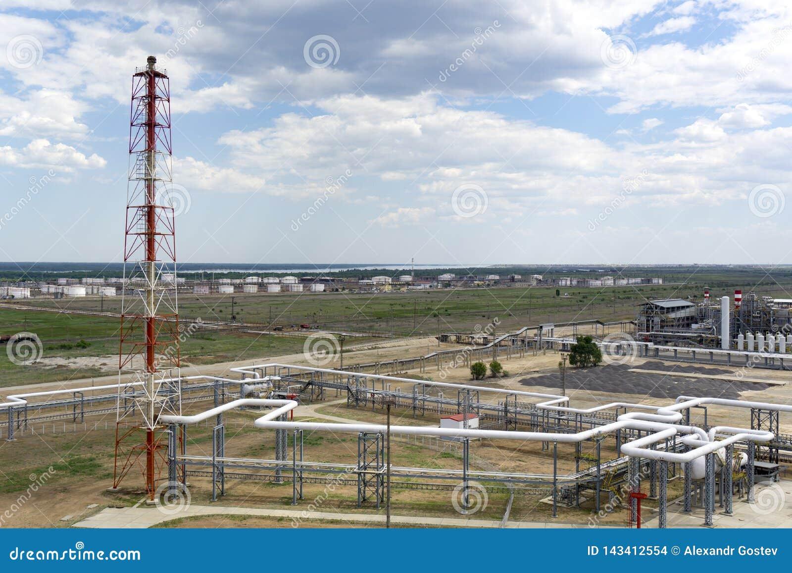 Depósito do óleo estrada de ferro, transporte, tanque, trem, em uma refinaria em Rússia equipamento e complexos para o processame