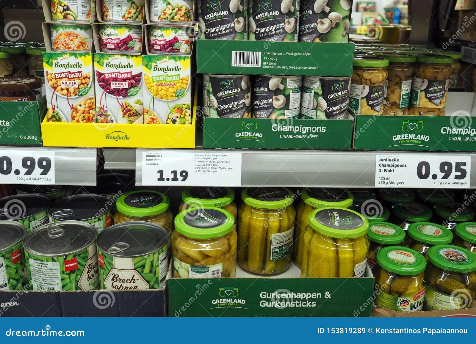 Departamento enlatado dos vegetais de um supermercado em Alemanha