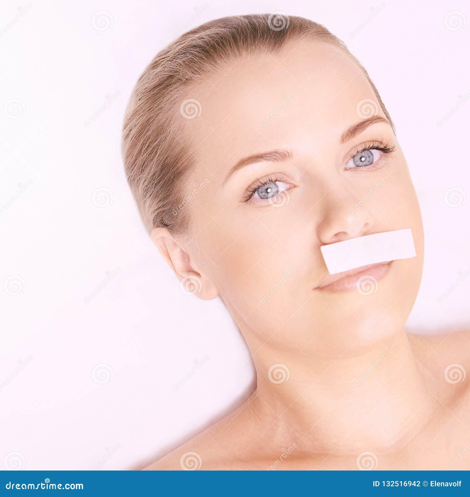 Depilation spa procedure Het vrouwenhaar verwijdert het in de was zetten Epilation het zoeten Lippensnor