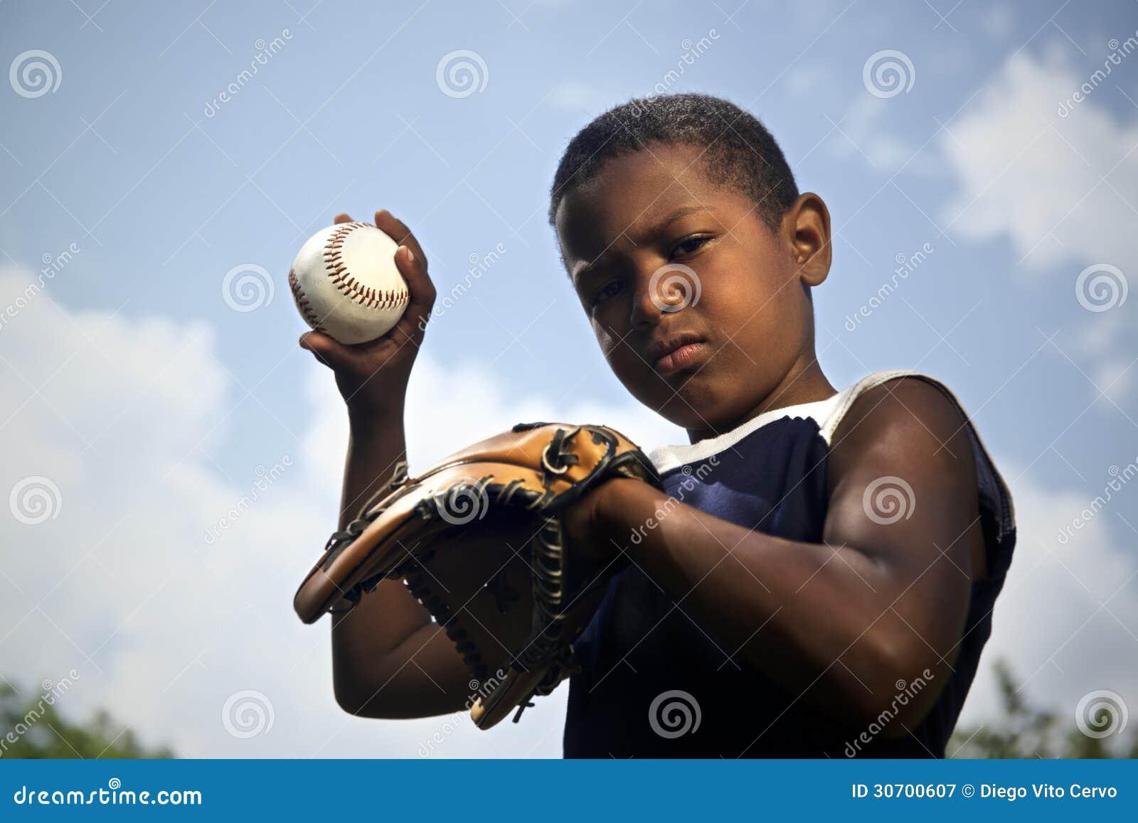 Deporte, béisbol y niños, retrato de la bola que lanza del niño