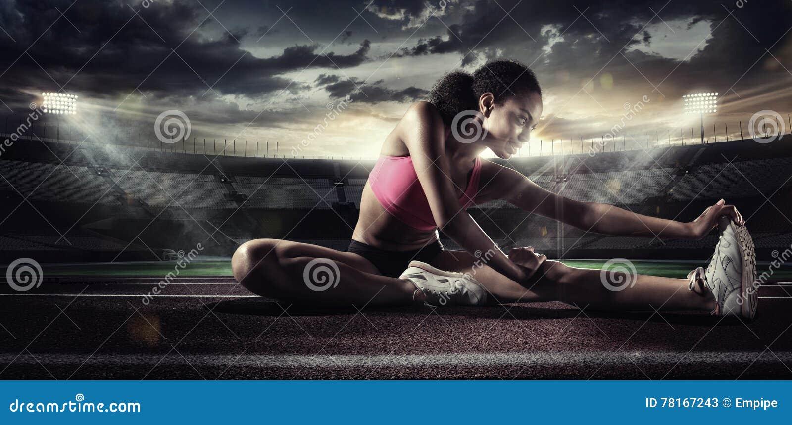 Deporte Corredor que estira en la pista corriente