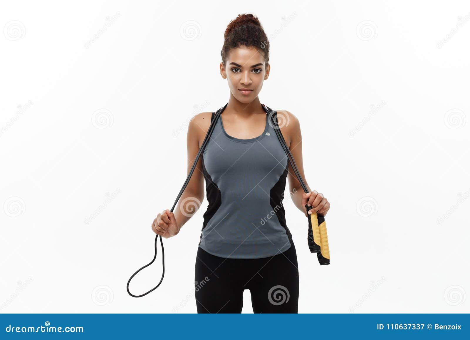 Deporte, entrenamiento, forma de vida y concepto de la aptitud - retrato de la mujer afroamericana feliz hermosa que ejercita con