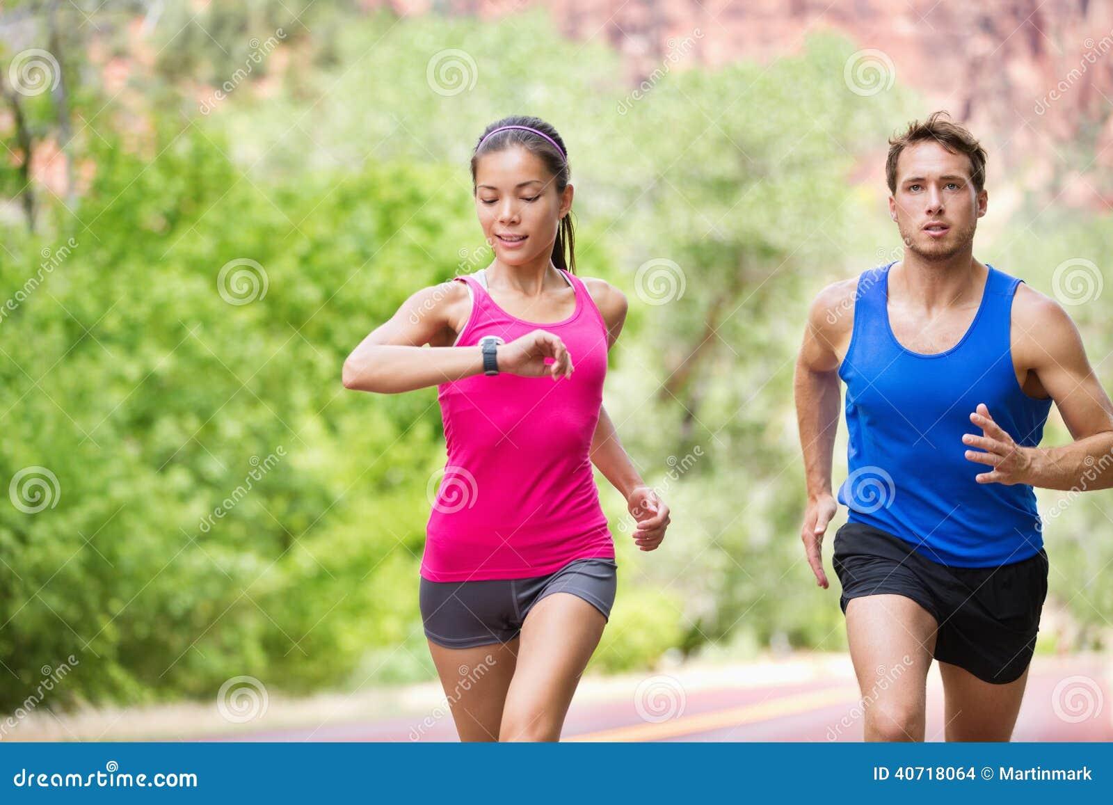 Deporte - entrenamiento mezclado de funcionamiento de los pares de la aptitud