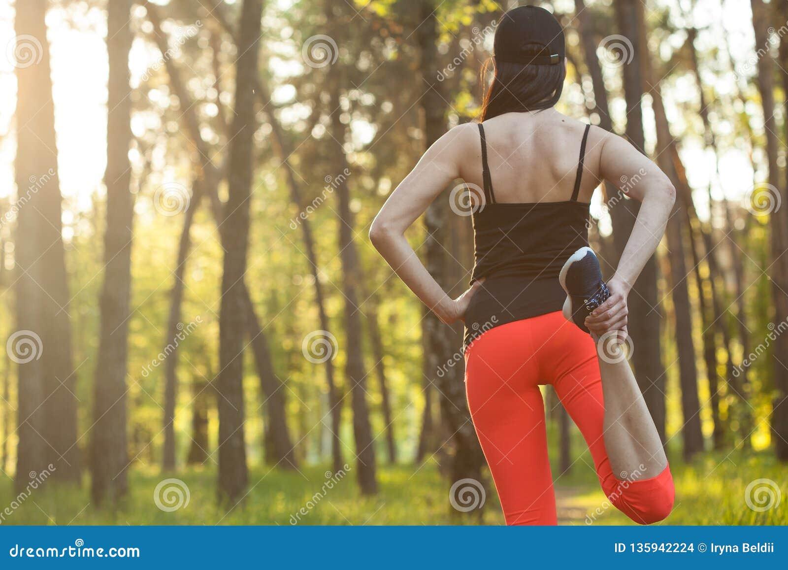 Deportes de la muchacha El estirar Funcionamiento en el bosque