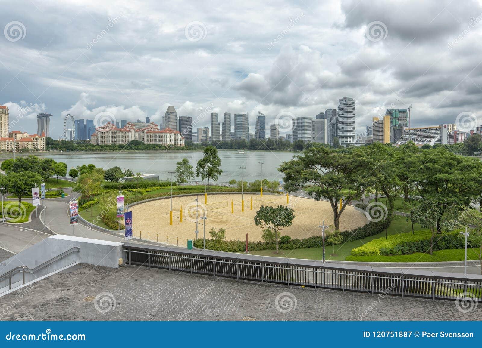 Deportes y reconstrucción con el centro de la ciudad en el fondo