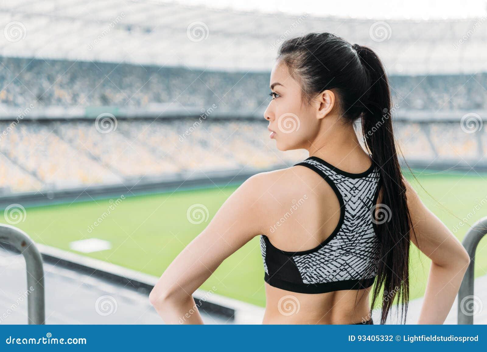 cda7a2e2bb4b Deportista Asiática En La Ropa De Deportes Que Se Coloca En Estadio ...