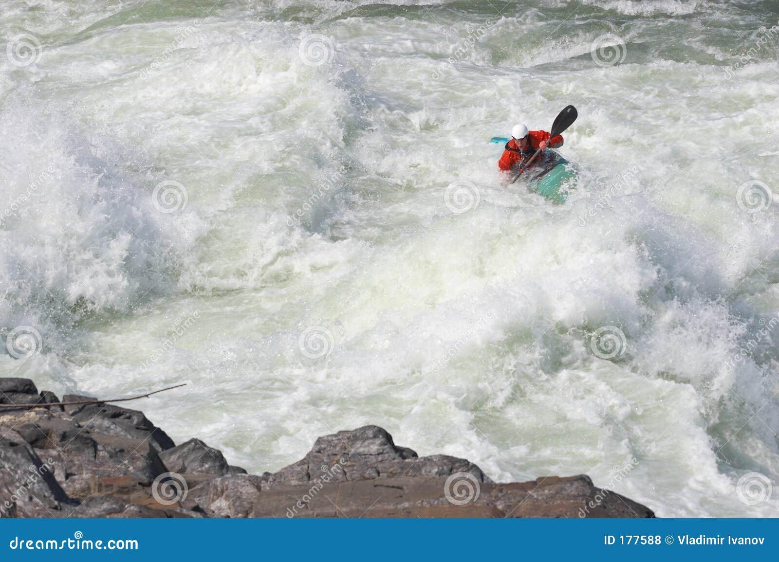 Deportista en los rapids
