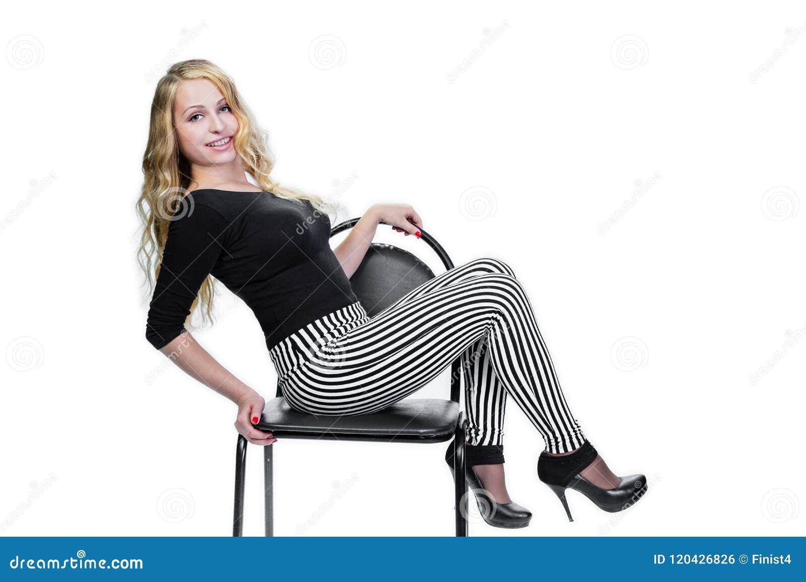 Deportista rubia joven de la muchacha que presenta en silla