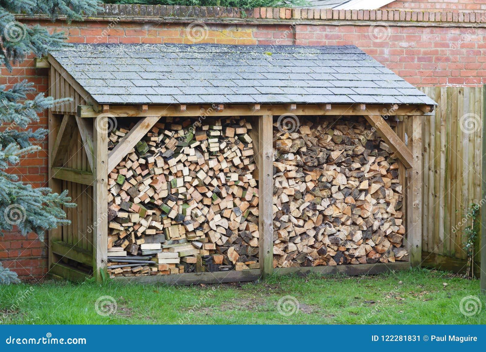 Deposito del ceppo con legna da ardere