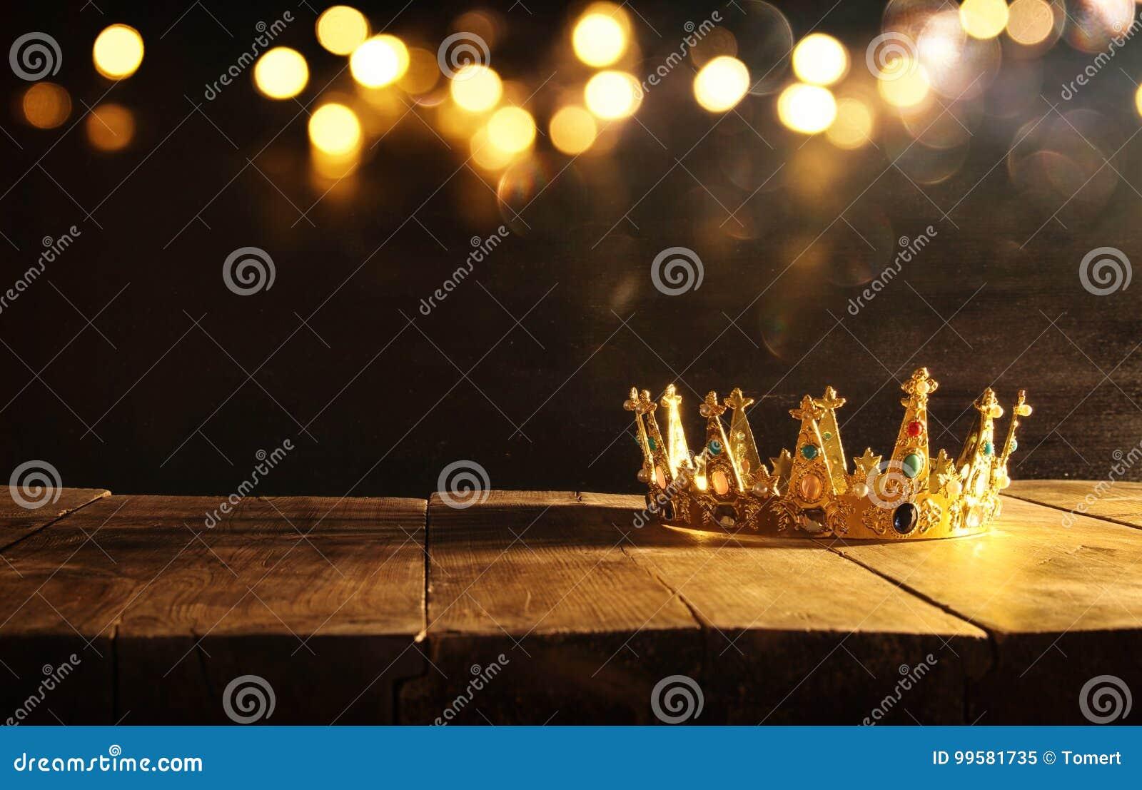 Depresja klucz królowa, królewiątko korona nad drewnianym stołem/ Rocznik filtrujący fantazja średniowieczny okres