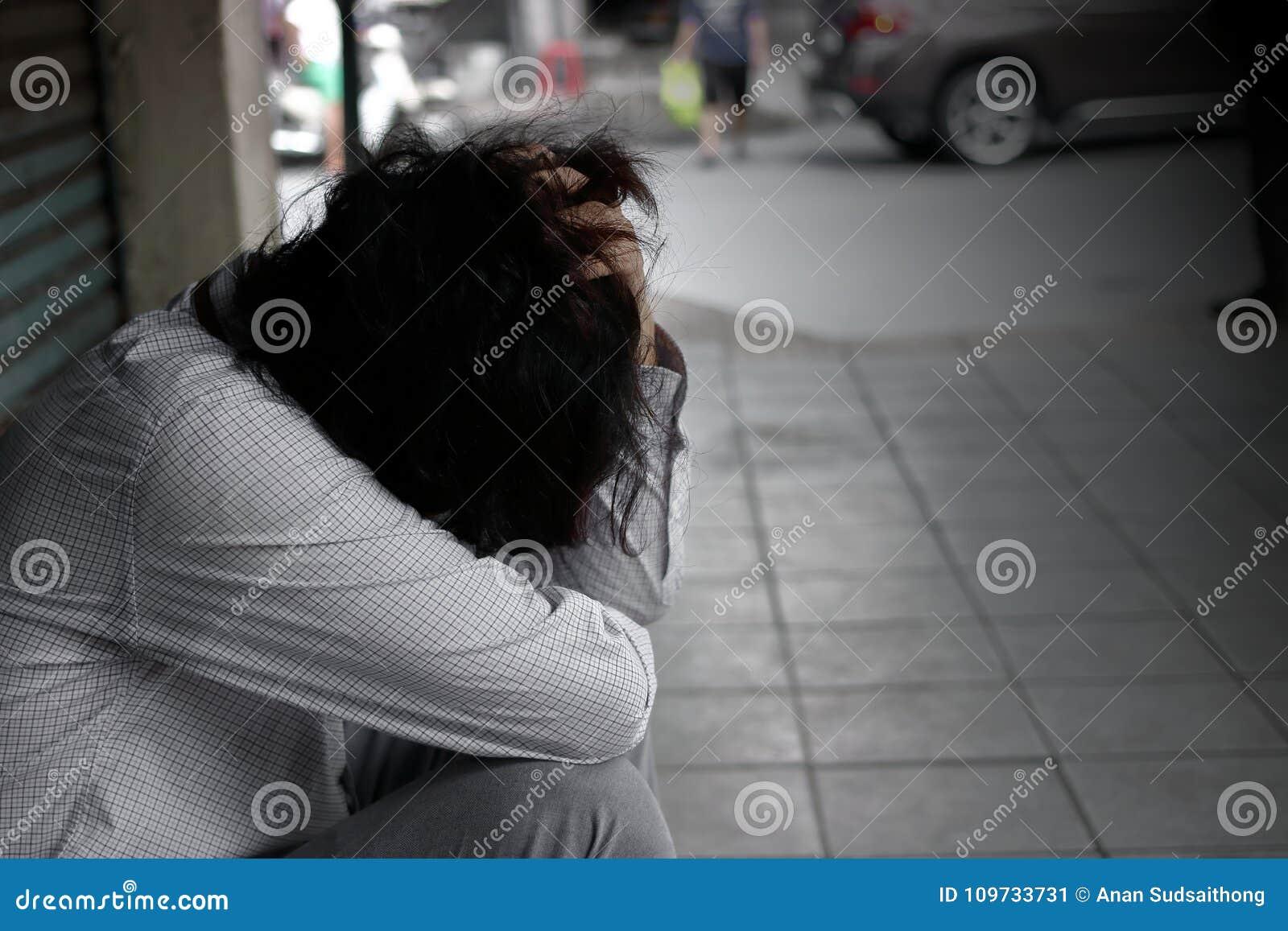 Depresja klucz tonujący wizerunek sfrustowana zaakcentowana młoda Azjatycka pracownika mężczyzna nakrycia twarz z rękami, uczucie