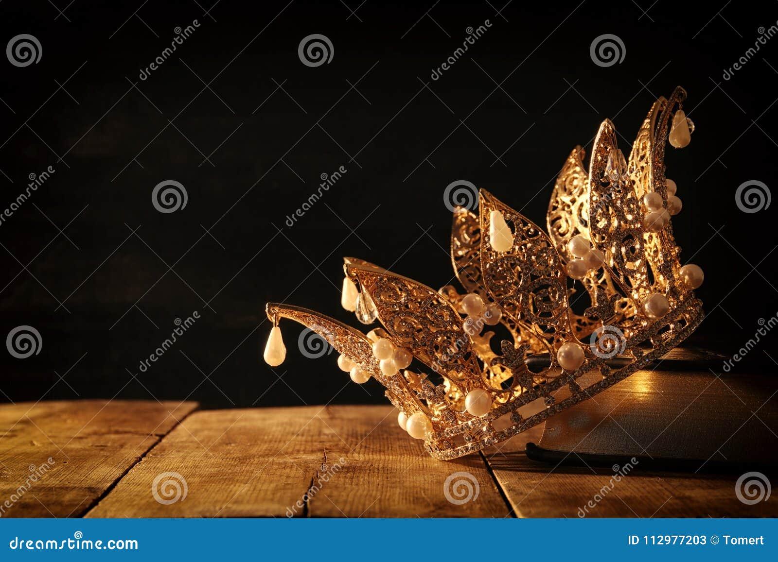 Depresja kluczowy wizerunek piękna królowej, królewiątka korona na starej książce/ fantazja średniowieczny okres Selekcyjna ostro