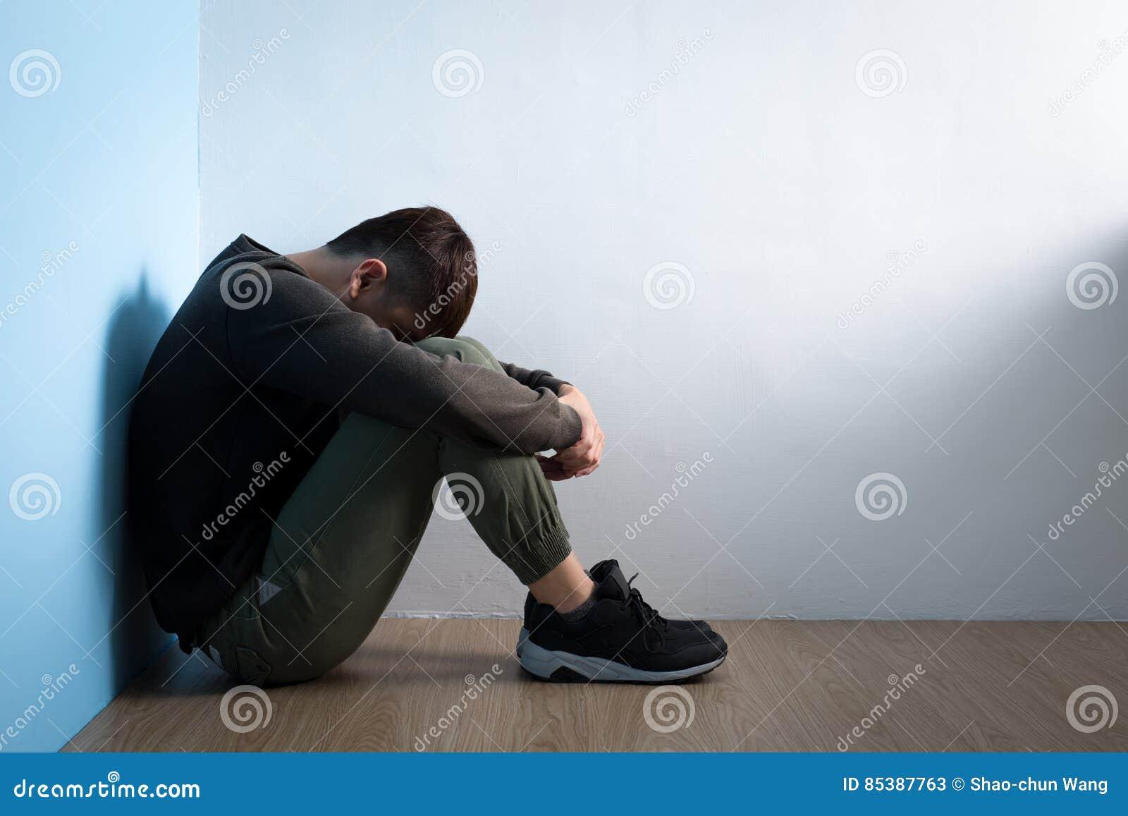 Depresja mężczyzna siedzi na podłoga