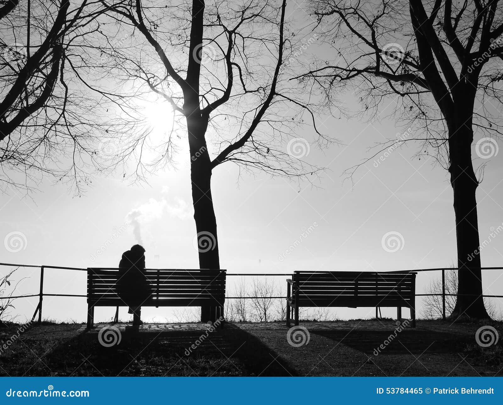 Depresja w mgle samotnie na parkowej ławce