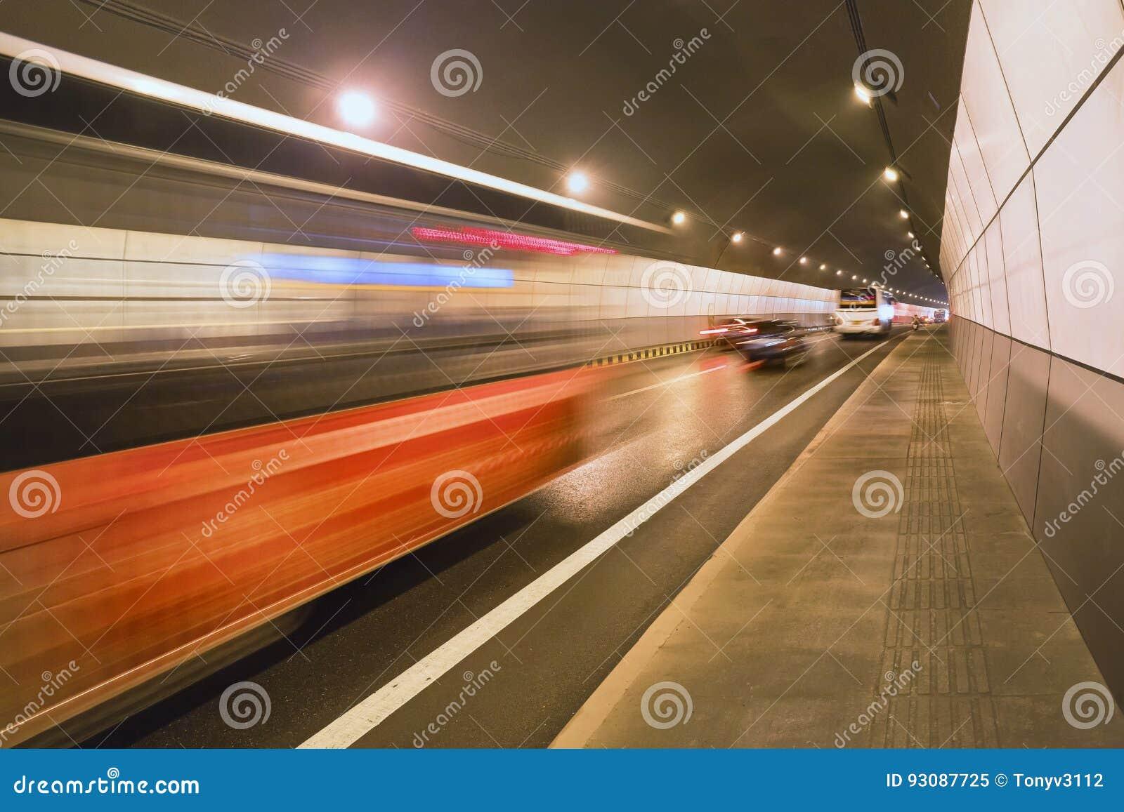 Depressione precipitante di traffico un tunnel