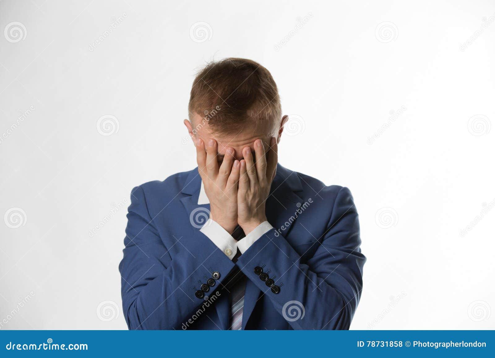 Deprimerad affärsman med att rymma hans huvud i händer
