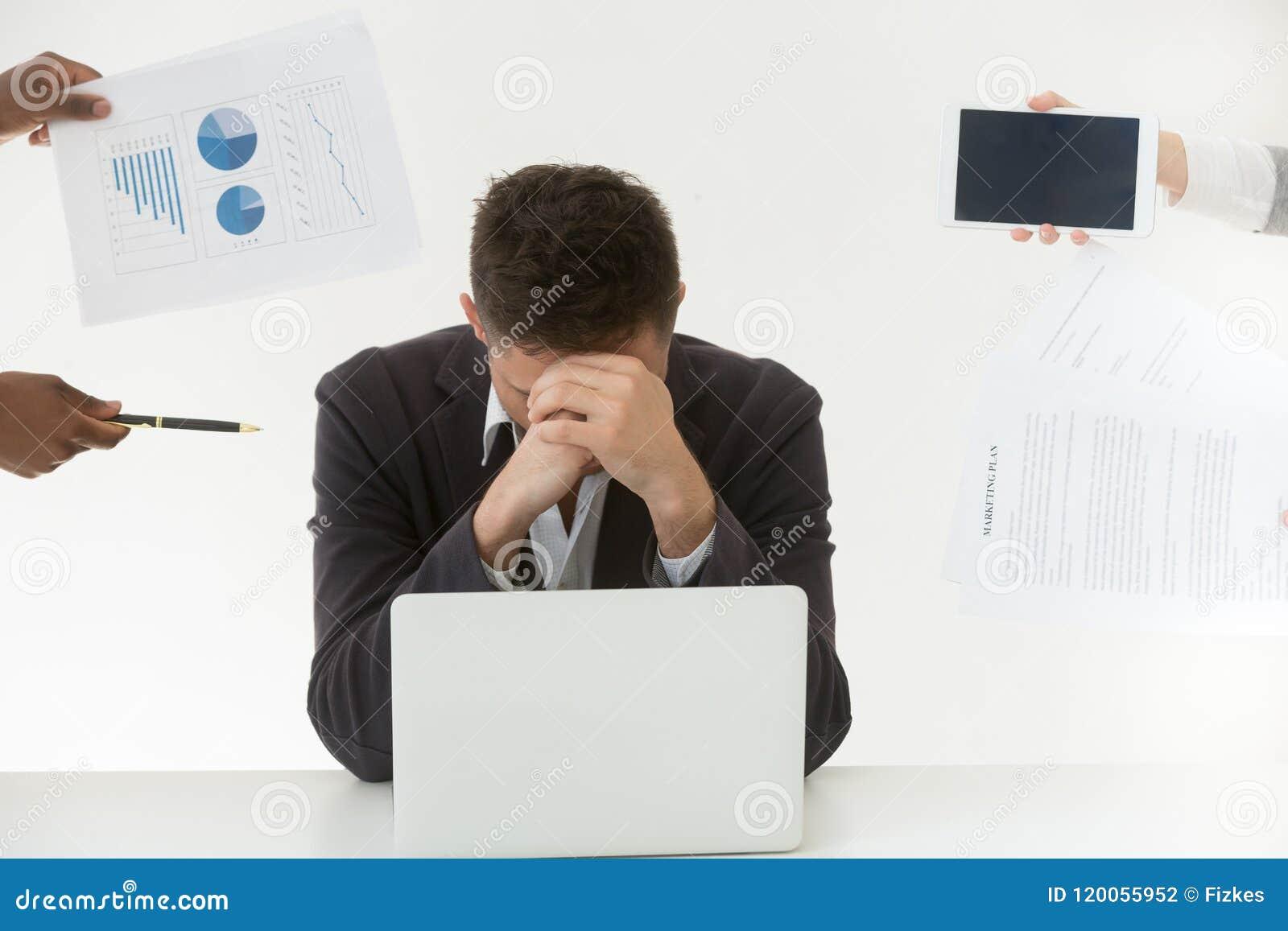 Deprimerad manlig anställd tröttade vid överdriven arbetsbörda och klienter