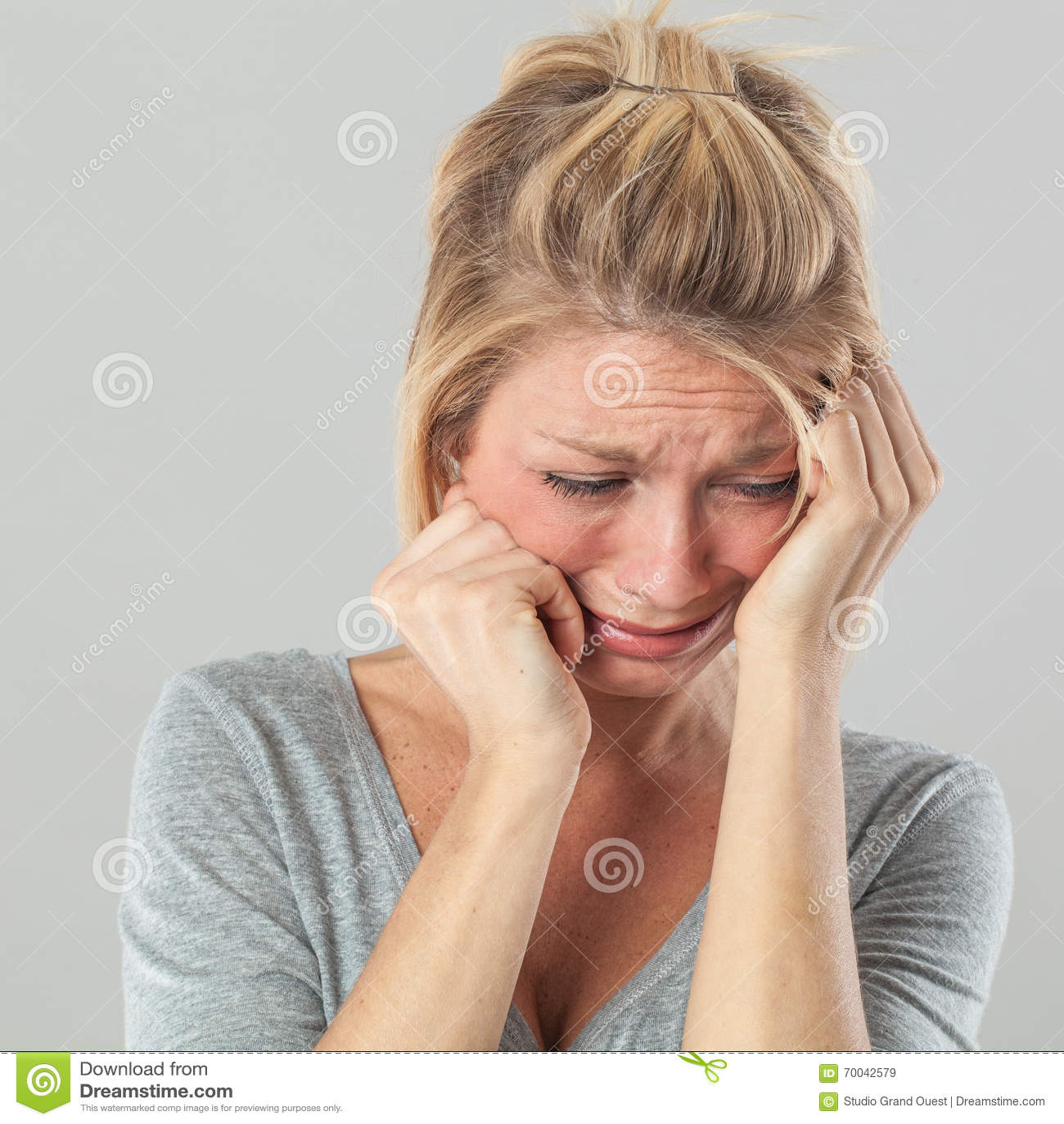 Deprimierte Frau in den Schmerz, die Bedauern und Traurigkeit ausdrücken