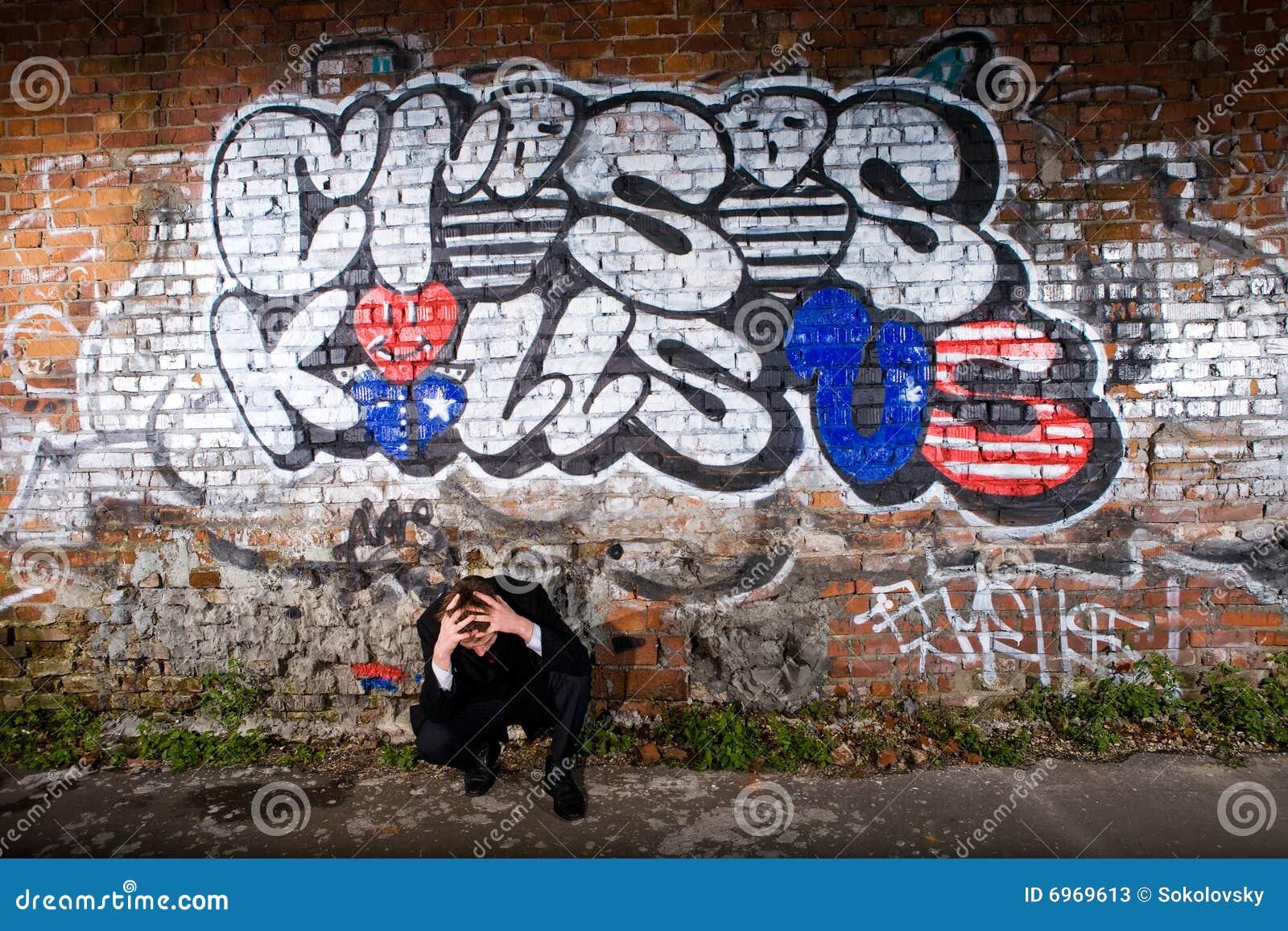 Deprimierter Manager unter einer Graffiti Kriteriumbezogenen Anweisung